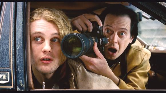 Les Galantine empuñando su Nikon con un zoom teleobjetivo sobre el hombro de Tobby.